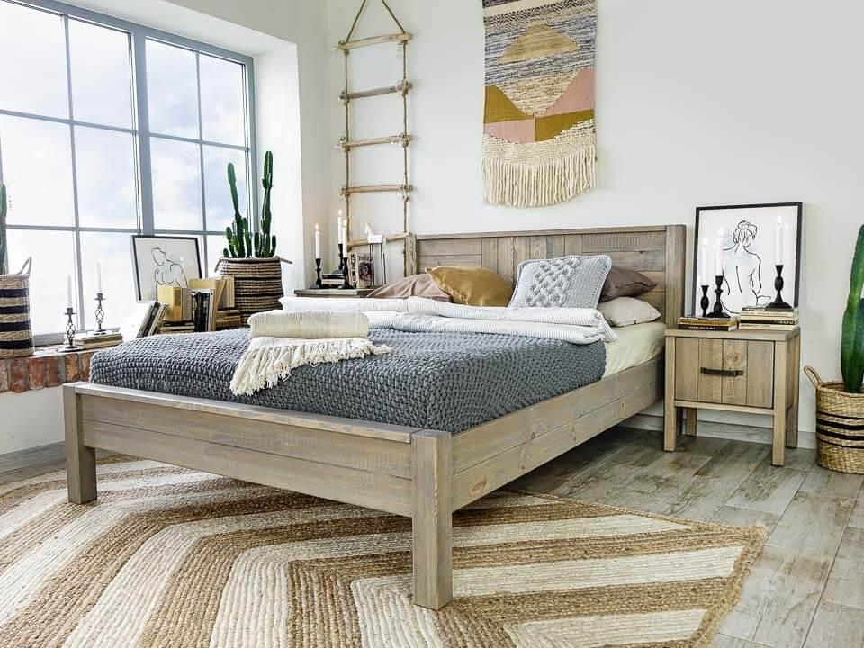 łóżko drewniane w stylu boho