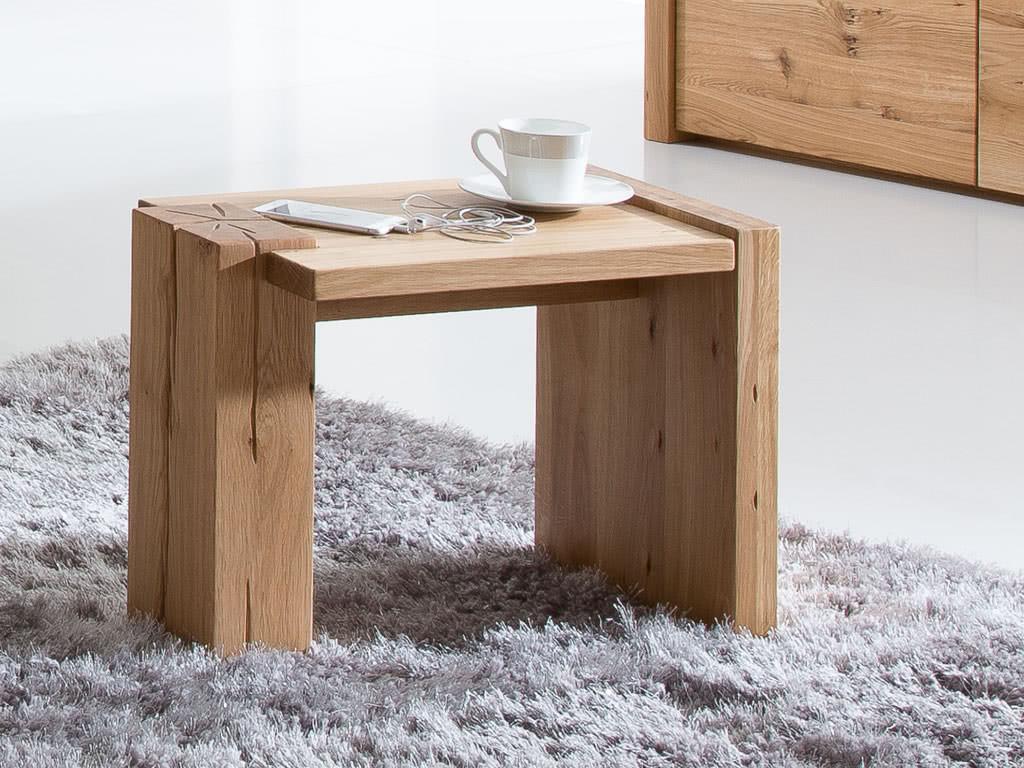 Dębowy stolik nocny w rustykalnym stylu