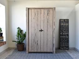 Rustykalna drewniana szafa