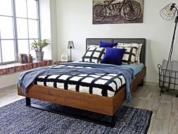 drewniane łóżko z zagłówkiem