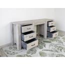 biurko drewniane z wysuniętymi szufladami