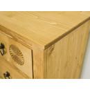 drewniana komoda w naturalnym kolorze