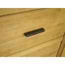drewniana komoda z metalowymi uchwytami