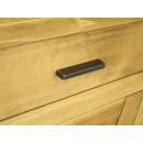 drewniana komoda z subtelnymi uchwytami