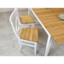 drewniane krzesła przy stole