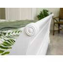 drewniane łóżko białe ze zdobieniami