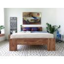 drewniane łóżko dla dwóch osób