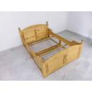 drewniane łóżko rzeźbione