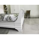 drewniane łóżko w królewskim stylu