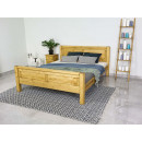 drewniane łóżko w naturalnym kolorze