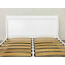 drewniane łóżko z frezami