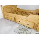 drewniane łóżko z szufladami
