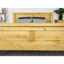 drewniane łóżko z wysokim zanóżkiem