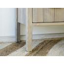 drewniane meble na wysokich nóżkach