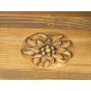 drewniany regał z rzeźbionymi kwiatami