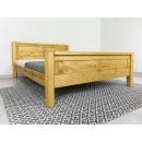 klasyczne drewniane łóżko