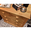 komoda z drewnianymi szufladami