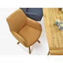 krzesło tapicerowane przy stole drewnianym