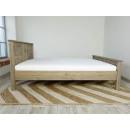 łóżko z litego drewna bok