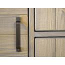 metalowy uchwyt w kredensie drewnianym