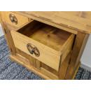 rzeźbiona komoda drewniana z szufladami