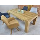 stół drewniany z krzesłami aranżacja