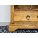 uchwyty serca w drewnianym regale