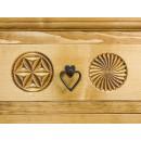 wąska komoda drewniana z rzeźbionymi frontami