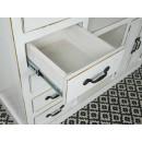 wysunięta szuflada biała komoda drewniana
