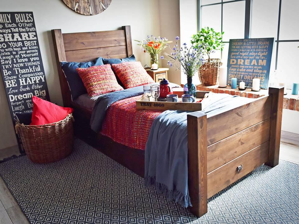 łóżko z litego drewna sosnowego