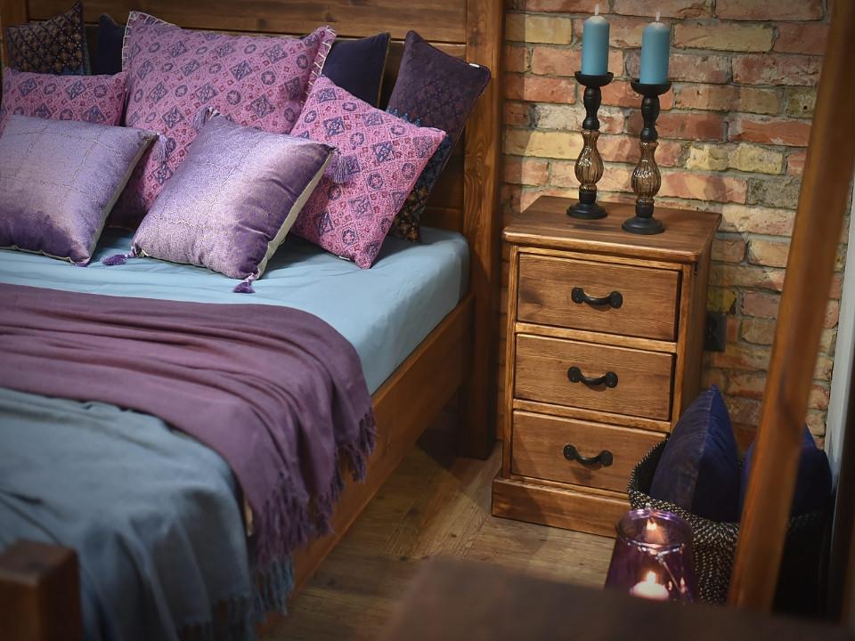 Szafka nocna i łóżko w stylu rustykalnym