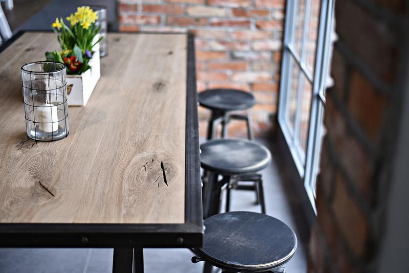 Stół i hokery z drewna i stali