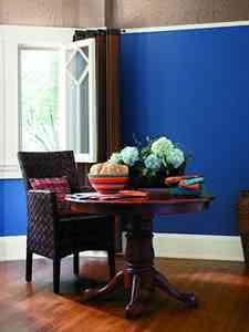 Kolory w pomieszczeniu z meblami drewnianymi