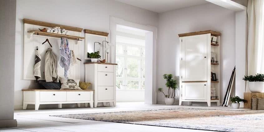 Jasny przedpokój, drewniany wieszak i eleganckie szafy