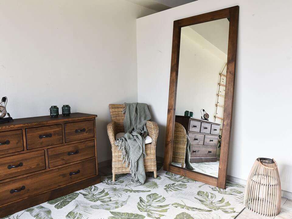Duże lustro stojące jako sposób na stworzenie eleganckiego wnętrza