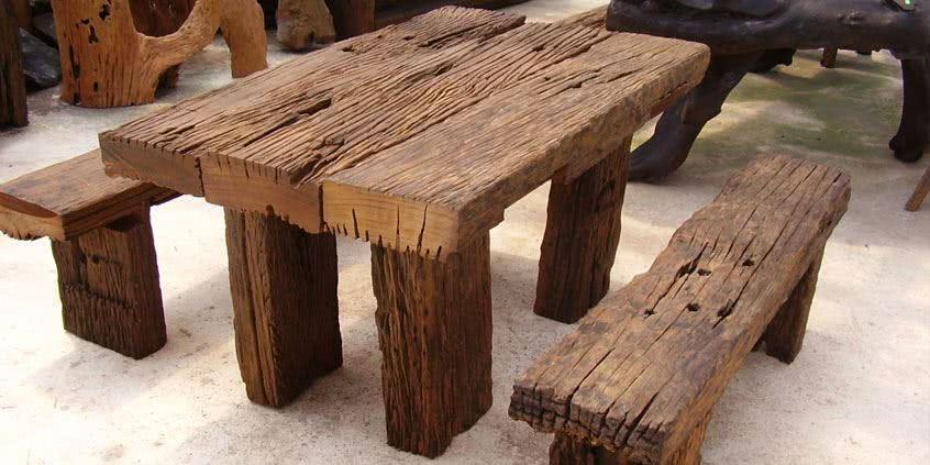 Stół drewniany (z drewna).