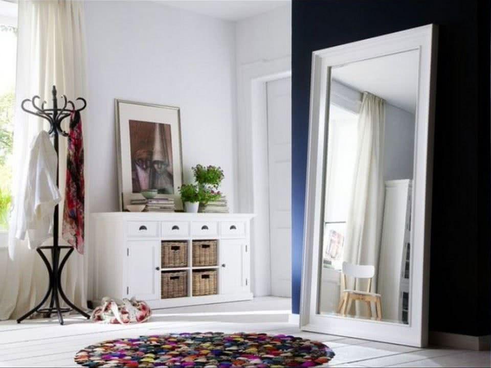 duże lustro w drewnianej ramie do salonu do przedpokoju