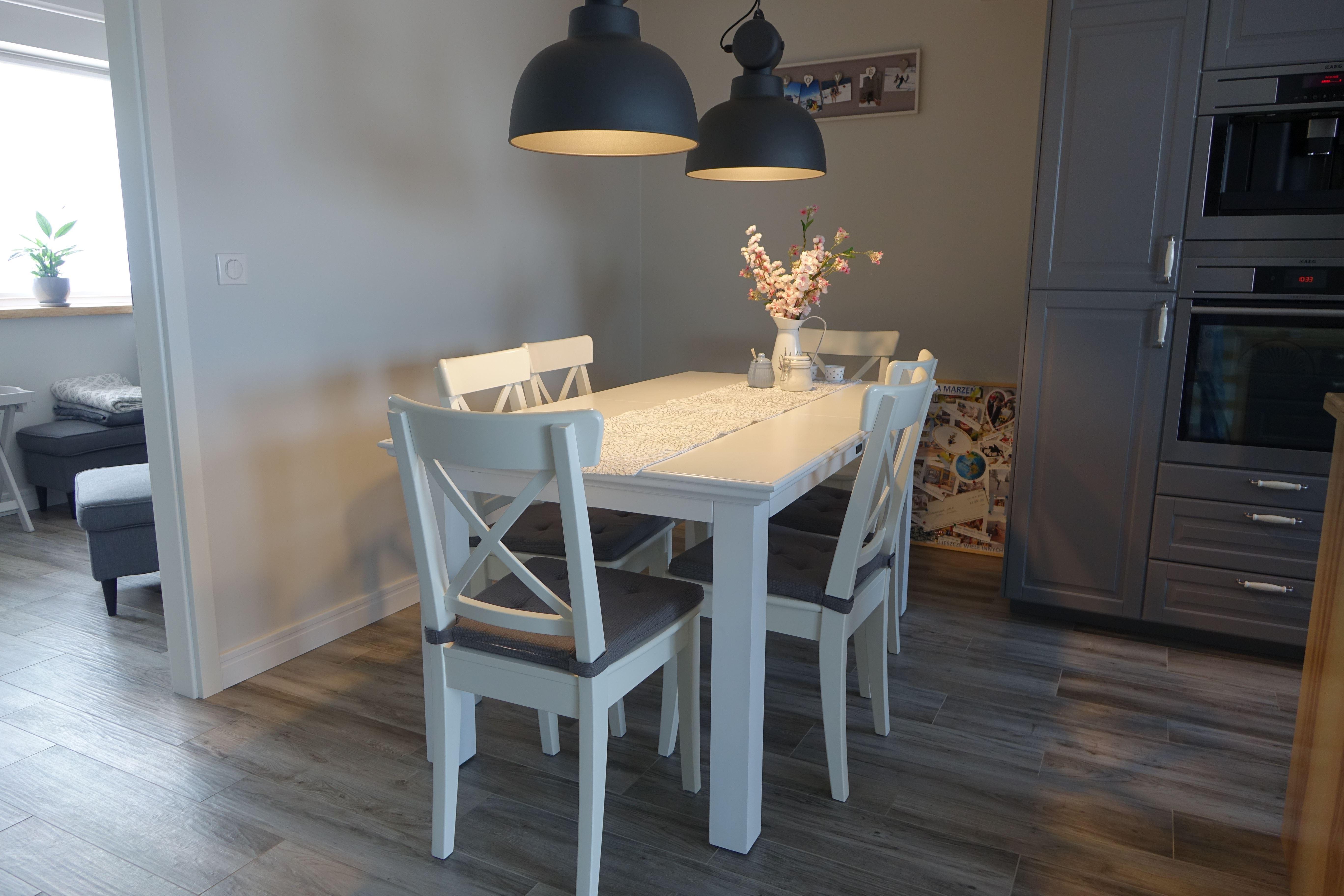Drewniany stół i krzesła (białe, drewniane, meble).